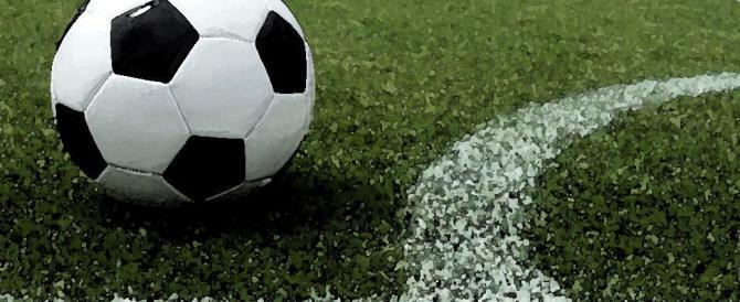 """Sputi e il coro """"Finocchi"""": sul campo di calcio è caos per le magliette fucsia"""