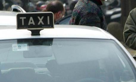 Il web festeggia: «Morto l'aggressore del tassista». E scoppia la polemica