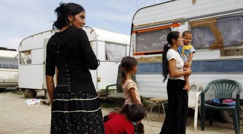Abbracciavano gli anziani e poi li derubavano: arrestate due nomadi