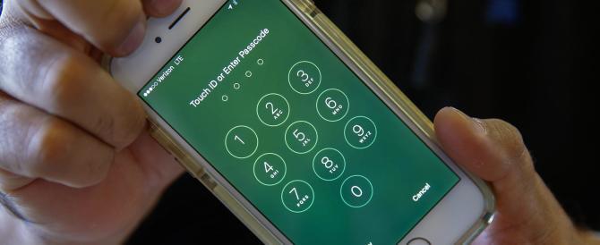 L'Fbi sblocca l'Iphone del killer di San Bernardino. La Apple: addio libertà