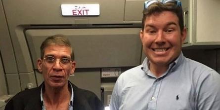 Selfie a bordo col dirottatore: il passeggero inglese è diventato una star