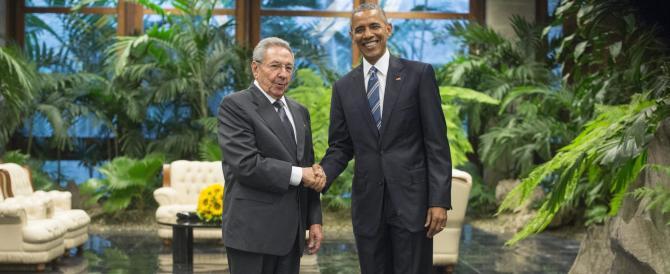 """""""Scurdammoce 'o passato…"""": Obama e Raul Castro si stringono la mano"""