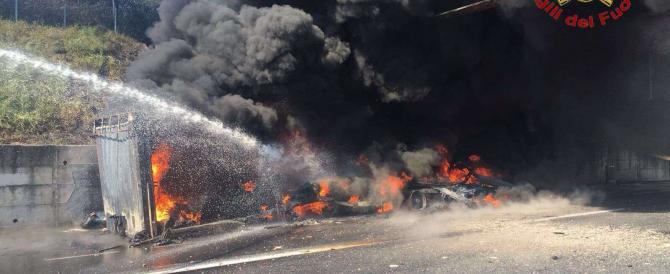 Tir in fiamme nell'A1, a Capua chiusa l'autostrada. Chilometri di coda