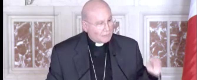 Fuori programma davanti alla Boldrini. Il vescovo canta a cappella (VIDEO)
