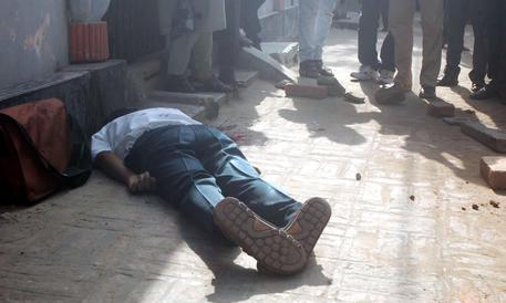 Professore ucciso a colpi di machete: esecuzione dell'Isis in Bangladesh
