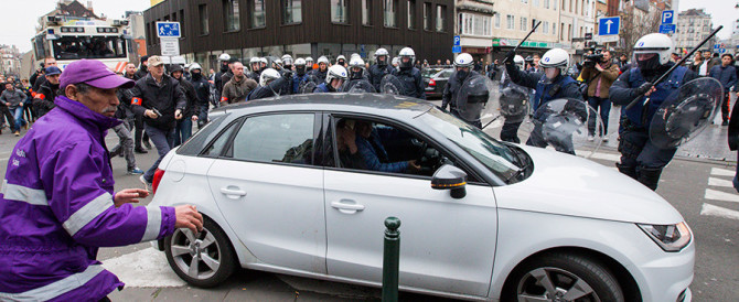 Orrore a Bruxelles: auto non si ferma all'alt e investe una donna (video)