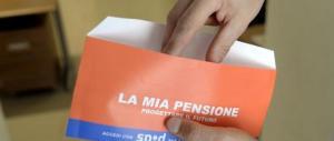 La busta arancione scatena gli sfottò sul web: «Vado in pensione nell'Aldilà»