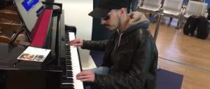 Fiumicino, volo in ritardo: pianista si mette a suonare e incanta i passeggeri (video)
