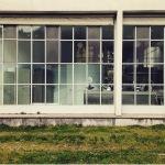 Vetrate e forme squadrate. Ecco l'asilo. (Foto Instagram)