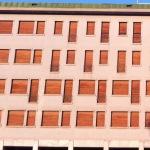 Forme squadrate e ordine. Facciata di un edificio razionalista. (Foto Instagram)