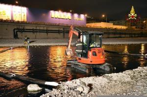 Continuano le operazioni lungo il torrente Polcevera all'altezza della foce per il contenimento della chiazza di greggio