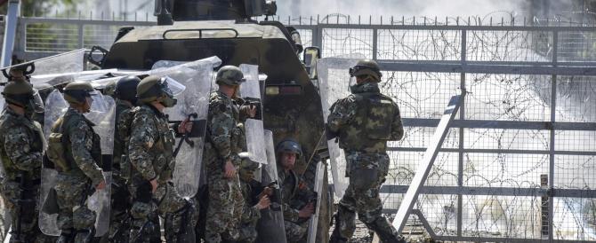 Migranti contro polizia: battaglia alla frontiera greco-macedone