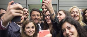 Renzi ad Harvard, dai selfie alle comiche. Il prof lo boccia: «È uscito da Disney»