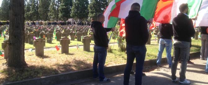 Un centinaio di giovani depone fiori al cimitero della Rsi a Milano