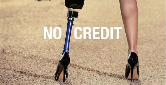 Casco, tacco e protesi alla gamba: campagna shock sulla sicurezza stradale