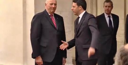 Il Re norvegese non dà la mano. E Renzi rimane come Fantozzi… (video)