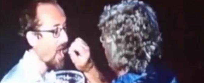 L'ultimo delirio di Beppe Grillo: dà la comunione ai suoi fan (ecco il video)