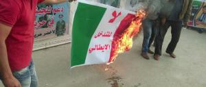 Renzi e Pinotti si fanno amare anche in Libia: la folla brucia il tricolore