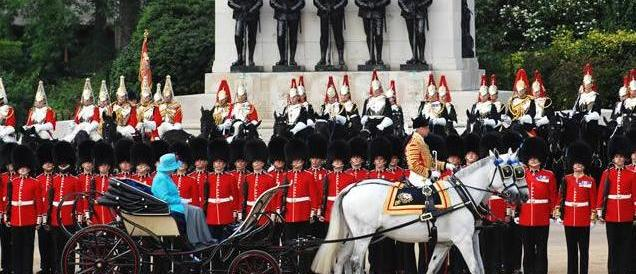 Il Regno Unito festeggia i 90 anni di Elisabetta. Sovrani mai così popolari