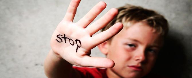 Quattordicenne tenta di rapire 3 bimbe al parco: smascherata da una mamma