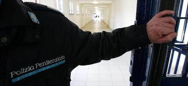 Carceri: permessi premio (con fuga) agli stranieri, botte agli agenti
