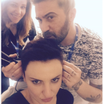Dal parrucchiere, verso il nuovo look. (Foto Instagram)