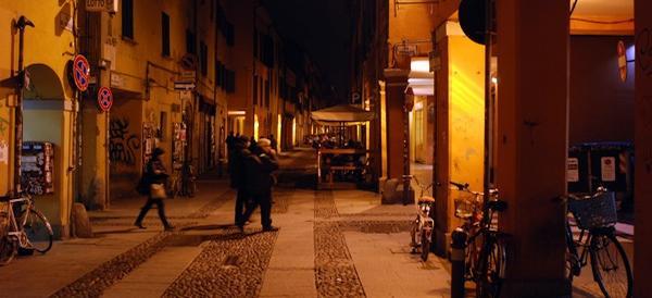 Rapinano un uomo nel centro di Bologna: fermati tunisino e romeno