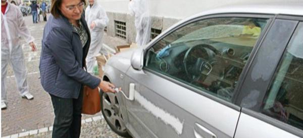 Milano, assessore del Pd imbratta un'auto con la vernice. Poi si scusa…
