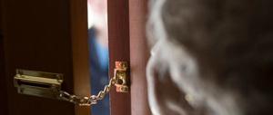 A 78 anni si impossessa delle chiavi della vicina e le ruba diecimila euro