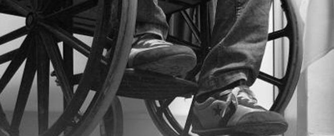 Infermiere sulla sedia a rotelle mette in fuga un for Uomo sulla sedia a rotelle