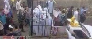 L'Isis chiude due donne in una gabbia piena di morti: vestivano all'occidentale