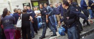Palermo, la folla circonda la polizia e riesce a far fuggire il rapinatore