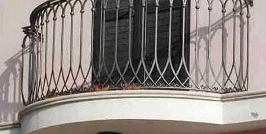 """Bimbo di tre anni cade dal terzo piano e """"atterra"""" su una siepe: illeso"""