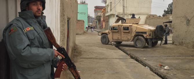 Afghanistan, i talebani bruciano check point a e mezzi della polizia: 10 morti