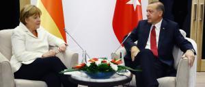 La Merkel si piega: «Processate quel comico, ha osato fare satira su Erdogan»