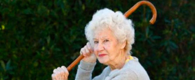 """«O la finite o vi sparo»: """"nonnina"""" minaccia gli operai. E loro scappano"""