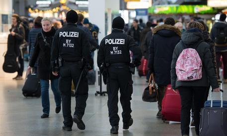 Accoltella un poliziotto e si vuole arruolare nell'Isis: arrestata a 15 anni