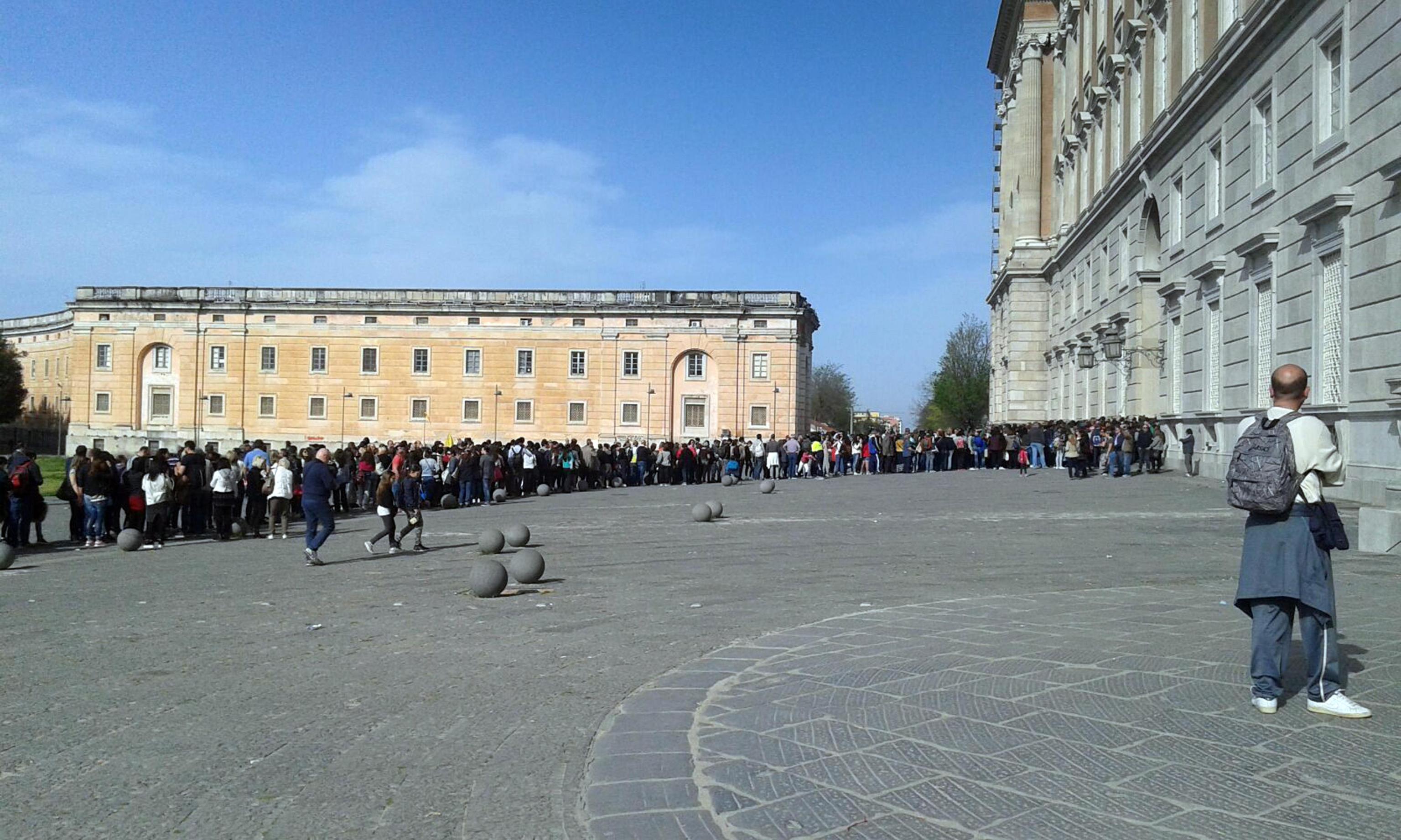Affittopoli nella reggia di caserta alloggi regalati a 3 euro al mese secolo d 39 italia - Calendario diva futura ...