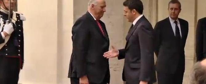 Il Re di Norvegia rifiuta la mano a Renzi: ecco l'ultima gaffe del premier (foto)