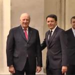 Renzi prova a cavarsela così, in favore di curiosi e fotografi.  (Foto Instagram)