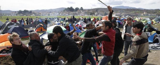 Risse tra migranti e aggressioni ai carabinieri: la violenza non si ferma