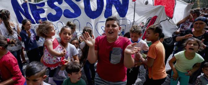 Napoli, i rom fanno le barricate. Con la scusa della scuola per i bambini…