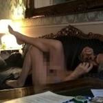 Nudo sul divano della camera di albergo. Vittorio Sgarbi ha pubblicato questa foto su Facebook e i suoi tanti fan sono impazziti. (Foto Facebook)
