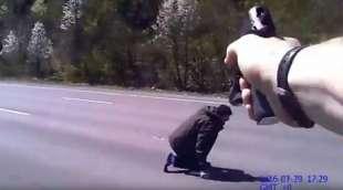 Video choc: Usa, così un poliziotto spara ad un uomo armato di coltello