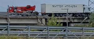 """Nola, camion """"assassino"""" travolge quattro operai: due morti e due feriti"""