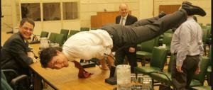 Yoga, muscoli e bimbi: così il canadese ruba la scena a Renzi (Foto)