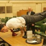 Il premier canadese in una foto scattata nel 2013, ma che sta facendo il giro del mondo solo ora: pratica una posizione yoga sulla scrivania.  (Foto Instagram)