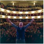 Sul palco: tutti con le mani sù. (Foto Instagram)