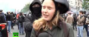 Parigi, reporter aggredita in diretta tv da un black bloc (video)