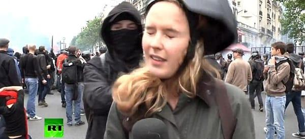 Parigi, reporter aggredita in diretta tv da un black bloc (video)